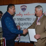 Dragan dodeljuje zlatnu medalju EKIPNO Klimentiju Gulicovskom (SDI Negotin)