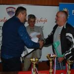 Dragan urucuje zlatnu medalju POJEDINACNO i diplomu Gruboru
